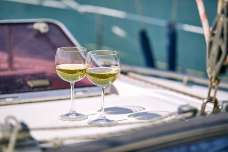 对游艇的葡萄酒杯