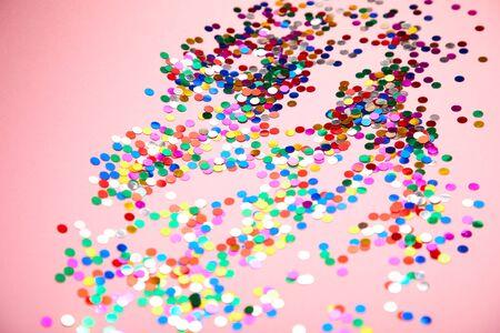 confeti de colores sobre fondo rosa
