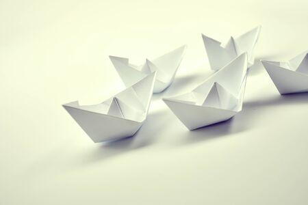 Papierboote auf weiß