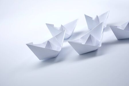 bateaux en papier sur fond blanc