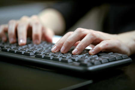 Female hands or woman office worker typing on the keyboard Banque d'images