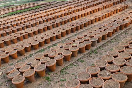 ollas de barro: ollas de barro simples durante la sequ�a en la India