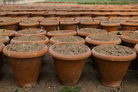 ollas de barro: ollas de barro simples durante la sequía en la India