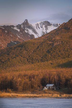 Hunters house on the lake Baikal in Siberia 版權商用圖片