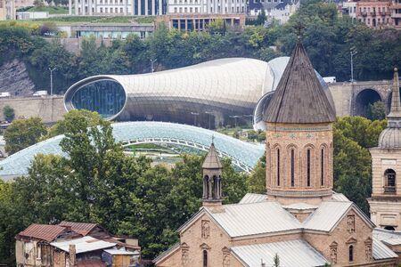 Old church and modern bridge in Tbilisi in oktober 版權商用圖片