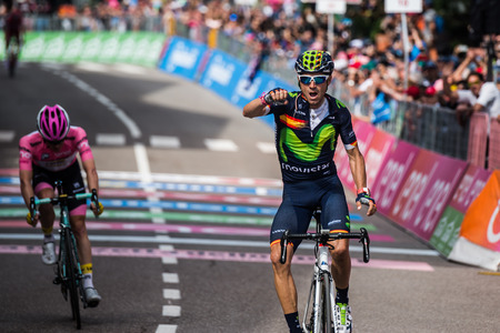 Andalo, Italië 24 mei 2016; Alejandro Valverde wint zijn eerste stage in carrière in de Ronde van Italië, kort voor de leider van het algemeen klassement in de roze trui. Stockfoto - 62167122