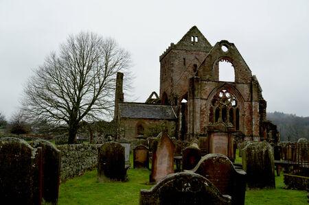恋人の大修道院、ダンフリース、スコットランドの廃墟の隣に墓地