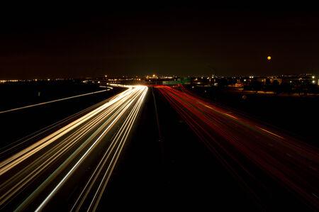 trails of lights: Tracce dell'indicatore luminoso dei fari e le luci posteriori delle auto su una strada prese da un cavalcavia