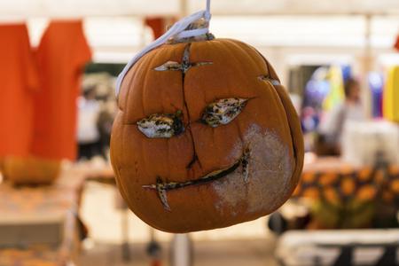 それの前に笑みを浮かべていたハロウィンのカボチャに不気味な彫刻が施された顔腐り、今空、中空目でにやにや笑いようかかっているパンプキン  写真素材