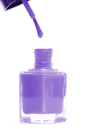 flacon vernis � ongle: Violet bouteille de vernis � ongles isol� sur fond blanc