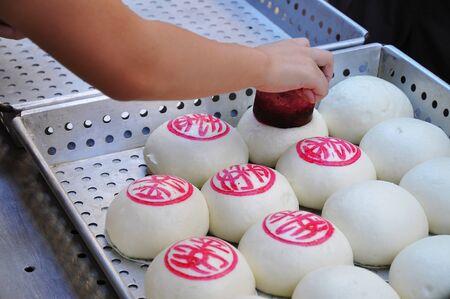 전통 만두는 매년 청 차우 롤빵 축제, 홍콩에 대비 각인