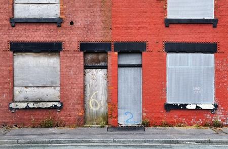 Verlaten rijtjeshuizen in Salford, Verenigd Koninkrijk, dichtgetimmerd en in afwachting van sloop