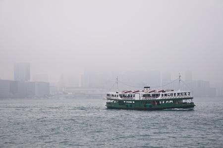 안개 속에서 홍콩 항구 에디토리얼