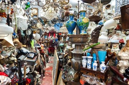 Berfüllte Trödelladen an der Upper Lascar Row Antiquitätenmarkt, Hong Kong Standard-Bild - 25388156