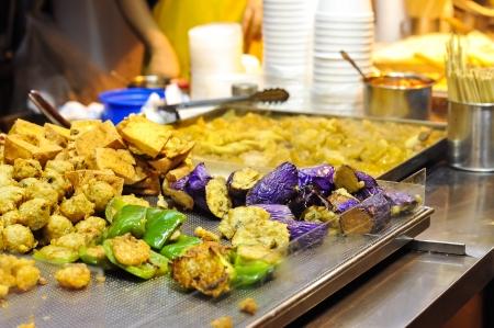 홍콩 거리의 포장 마차에서 야채 튀김 스톡 사진