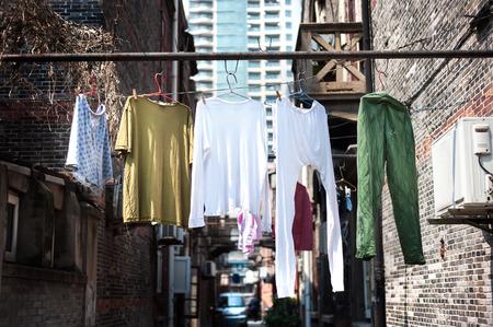 上海の古い地区を洗濯ぶら下がっています。