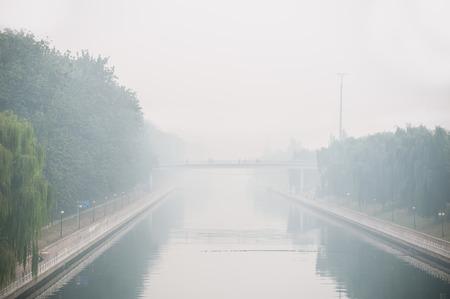 pollution air: La contaminaci�n del aire de Beijing se ve desde un puente con vistas al canal