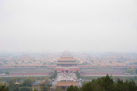 contaminacion aire: Vista de la Ciudad Prohibida envuelto en la contaminación del Parque Jingshan, Pekín