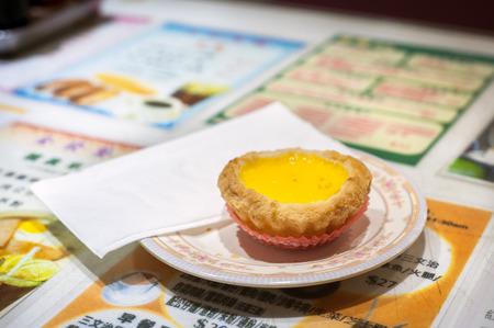 香港カフェをにて、古典的な卵のカスタードのタルト