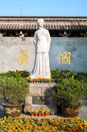 feministische: Standbeeld van de Chinese feministische revolutionaire Qiu Jin in Shaoxing, China