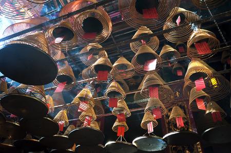 templo: Bobinas del incienso en Man Mo Temple, Hong Kong Island