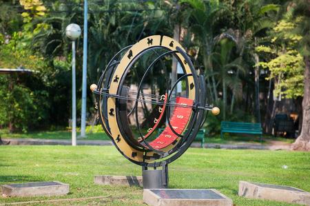 reloj de sol: Gran Reloj de sol en el Parque Lumpini, Bangkok, Tailandia