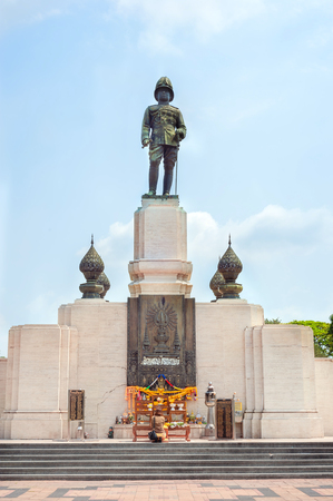 rama: Statue of Rama VI at the entrance to Lumpini Park in Bangkok, Thailand
