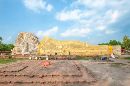 Reclining Buddha at Wat Lokayasutharam in Ayutthaya, Thailand 에디토리얼