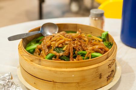 chinesisch essen: Geschnetzeltes Schweinefleisch und Chinakohl serviert in einem Hong Kong Restaurant