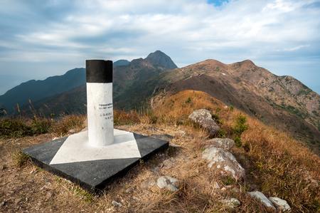 Op de top van Pyramid Hill op zoek naar Ma On Shan Peak, Ma On Shan Country Park, Hong Kong