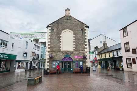 Rear view of The Moot Hall in Keswick town centre, Cumbria, UK 新聞圖片