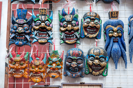 上海の湯園近くの土産物店で販売中の木製の中国のマスク 写真素材