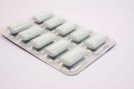 over packed: Diez menta dragee envasados, m�s de fondo blanco