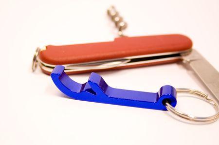 temperino: Bottle Opener e penna-coltello su sfondo bianco