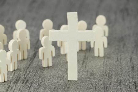 Verschillende houten figuren met de cross-symbool Een christelijke gemeenschap van het geloof Stockfoto