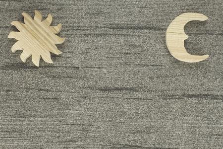 태양과 달과 돌로 만든 배경 나무로 만든