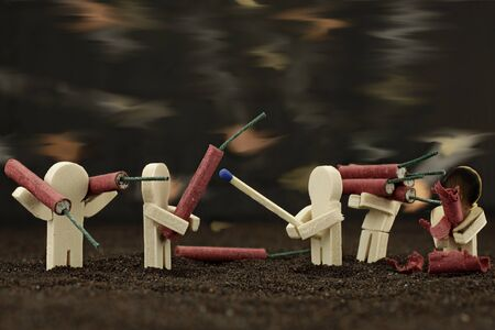 小さな木製の男性はおっぱいで遊んでいます。 写真素材