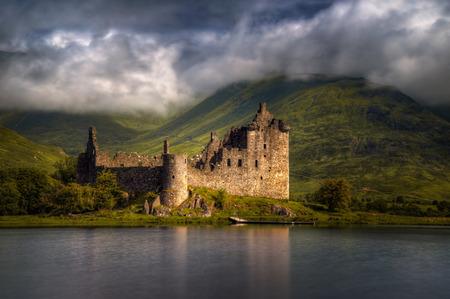 Castillo de Kilchurn reflexiones en luz de la mañana, montañas, Escocia