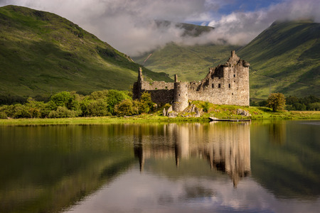 Riflessione del castello di Kilchurn in Loch Awe, Highlands, Scozia