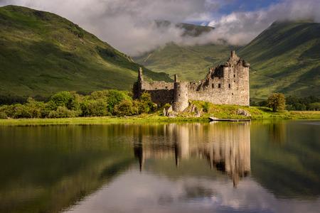 Reflexión del castillo de Kilchurn en el lago Awe, Highlands, Escocia