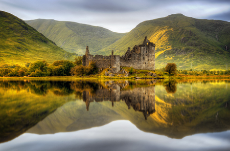 Kilchurn Castle reflections in Loch Awe at sunset, Scotland Stockfoto