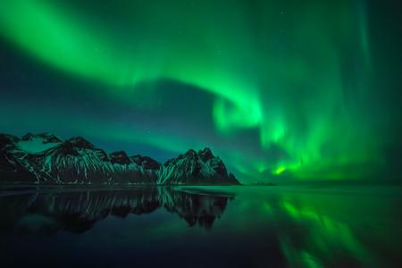 Aurora reflections on Stokksnes black beach over Vestrahorn mountains, Iceland 版權商用圖片