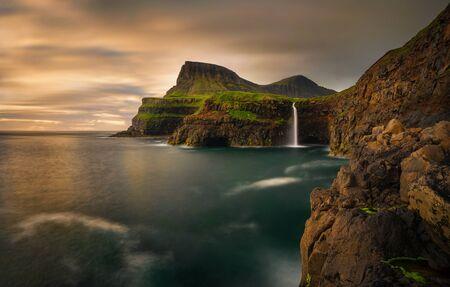 일몰, 페로 제도 Anafjall 산과 Mulafossur 폭포 스톡 콘텐츠