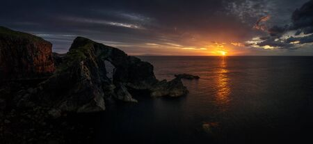 Panorama of Stac a' Phris Arch and high cliffs in sunset light, Isle of Harris, Scotland Banque d'images