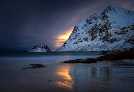 Colorful and moody winter sunset on Haukland Beach, Lofoten Banque d'images