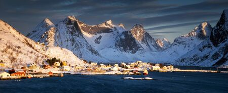 Panorama of Reinevagen fjord on Lofoten in beautiful sunrise light, Norway Banque d'images