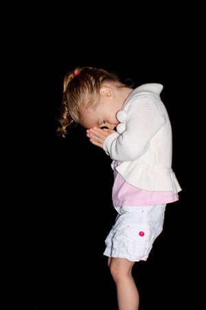familia orando: Una ni�a linda orando.