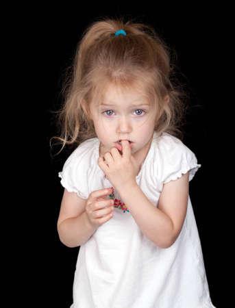 Een verlegen en verdrietig meisje. Ze ziet er een beetje bang. Stockfoto