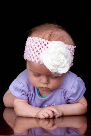 Ein niedliche kleine Baby schaut auf den Boden. Standard-Bild - 9603096