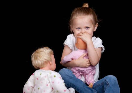 Ein junges Kind spielt mit ihren Puppen. Sie hat zu viel Spaß! Standard-Bild - 9653029